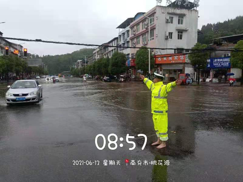 四川阆中暴雨致城区多处积水 最深处没过膝盖 当地启动恶劣天气应急预案