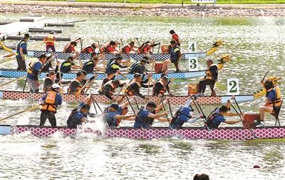 三百选手赛龙舟 桨声鼓声浪花声