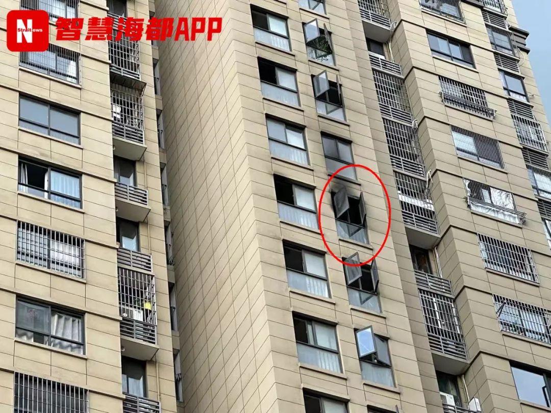 突发!福州一小区15层楼道起火,窗户被烧黑,又是因为电动车