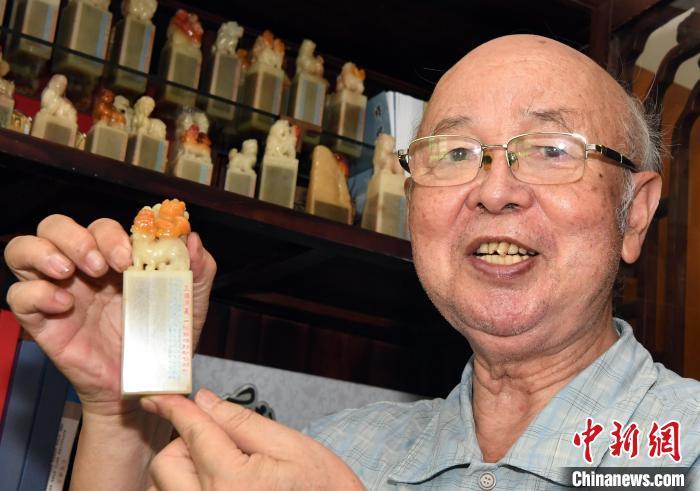 福建七旬寿山石微雕艺术家将中国古典名著载入方寸石章中