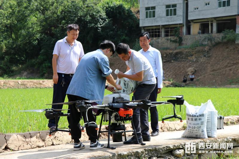 推行专业化服务 安康汉滨启用智能化农机设备施肥作业