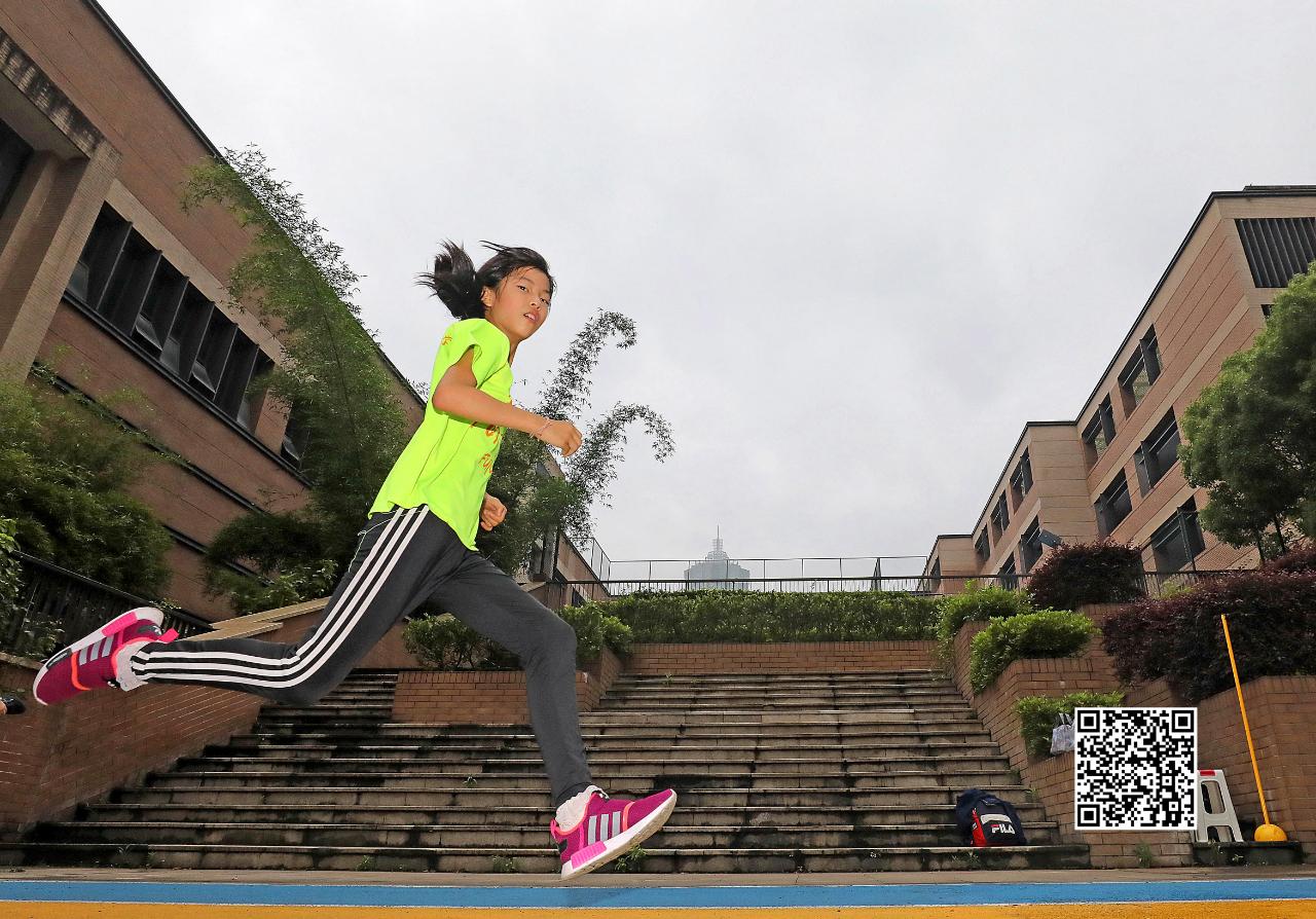 \n一周五练,每天早上跑3公里……\n长按下图,识别二维码\n了解详情——\n为孩子们加油!