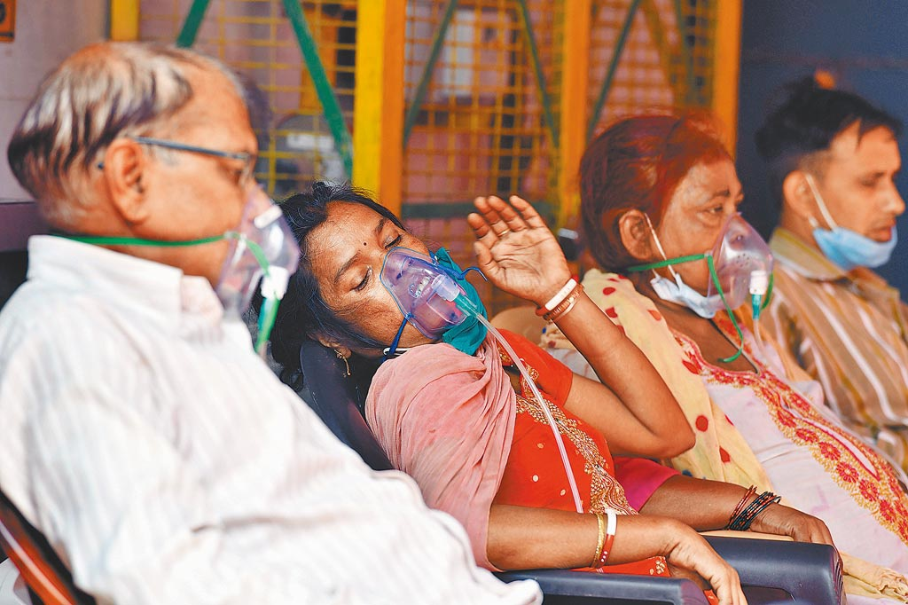 Since March, the epidemic in India has attracted global attention. The picture shows a patient with COVID-19 in Uttar Pradesh, receiving oxygen treatment at a Sikh teacher.  (Xinhua News Agency)