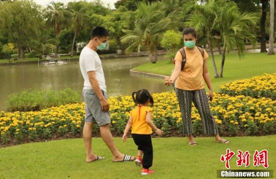 泰国曼谷5类场所解禁首日 市民公园游玩