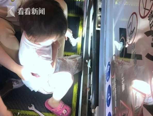 4岁女童脚卷入电梯缝隙 小腿被卡