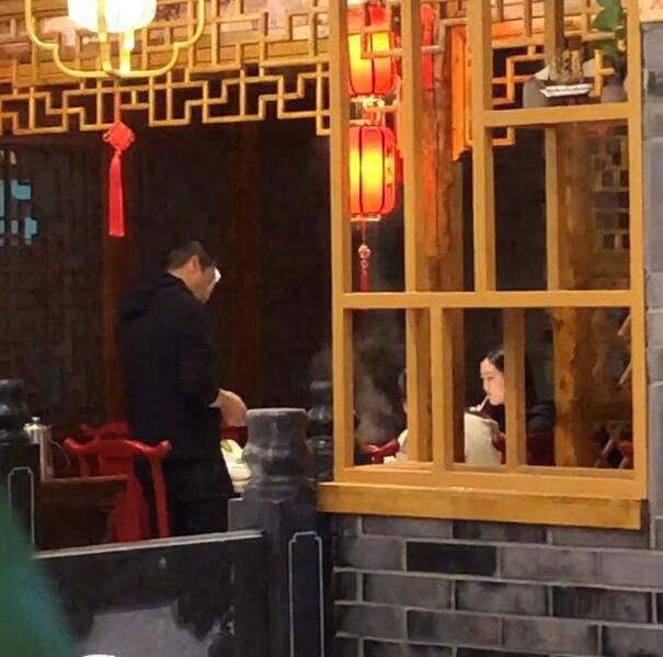 李亚鹏带家人吃火锅,小女友和李嫣零交流,双方多次视对方为空气?