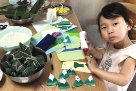 孩子的粽子手工画着可爱的笑脸