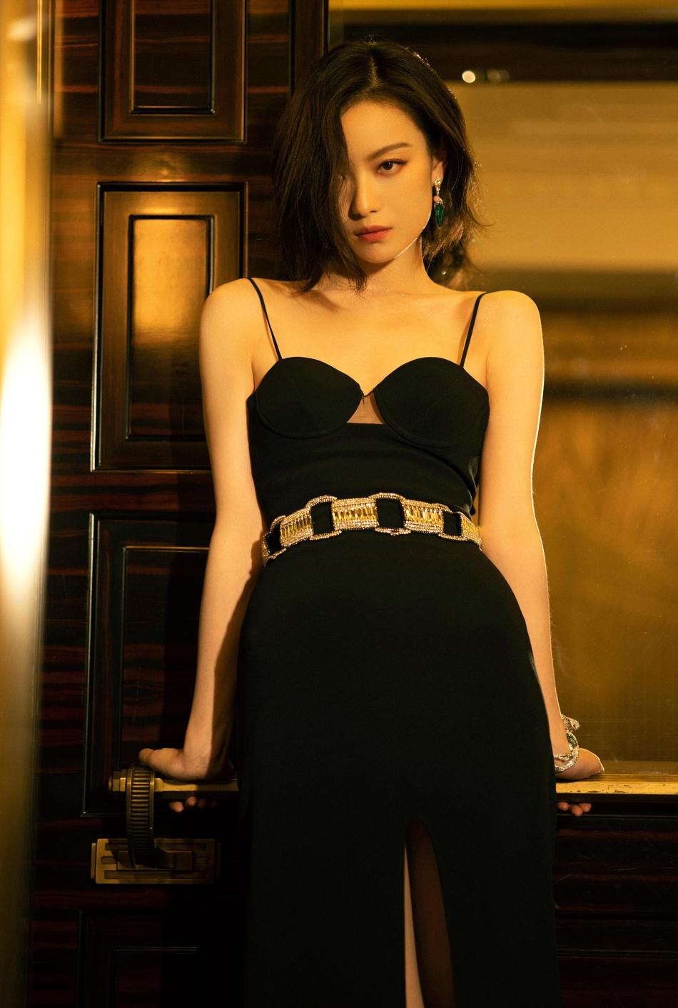 倪妮穿黑色吊带裙秀身材 妆容复古简约大气