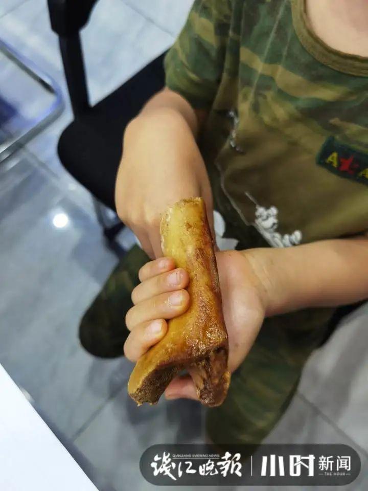 萧山一男孩手指卡在筒骨里,拔不出来,被妈妈带到消防站求助