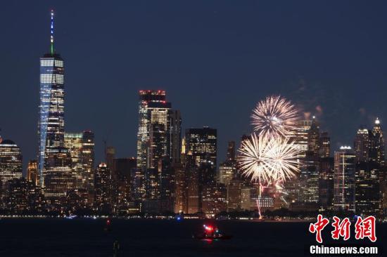 纽约标志性建筑亮灯庆祝新冠疫苗接种达阶段目标
