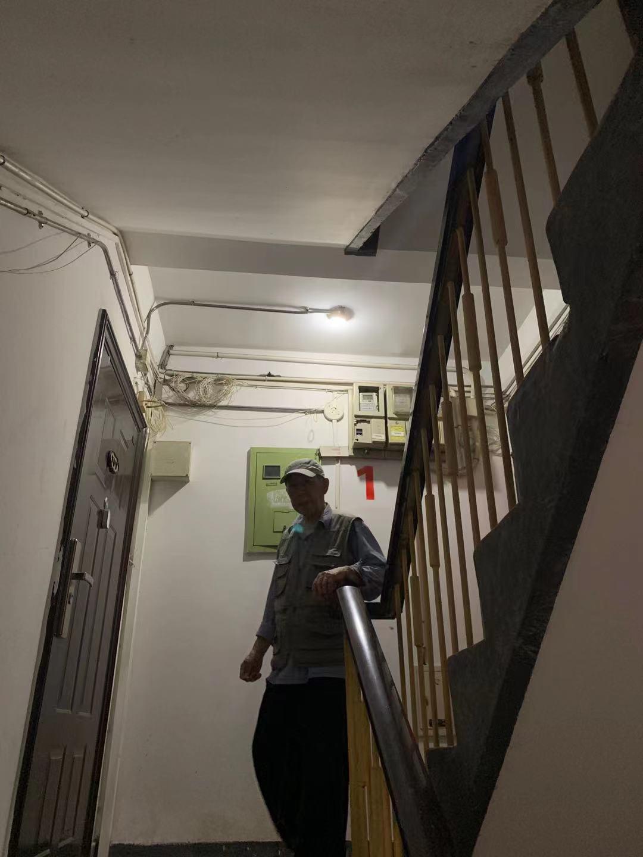 居民:楼道黑快亮灯!物业:电被偷不赖我!僵持中社区来了