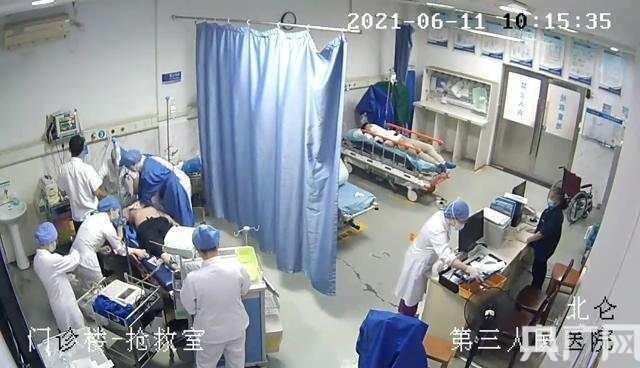 """心脏骤停!医护人员一个多小时心肺复苏""""接力""""换来生命奇迹"""