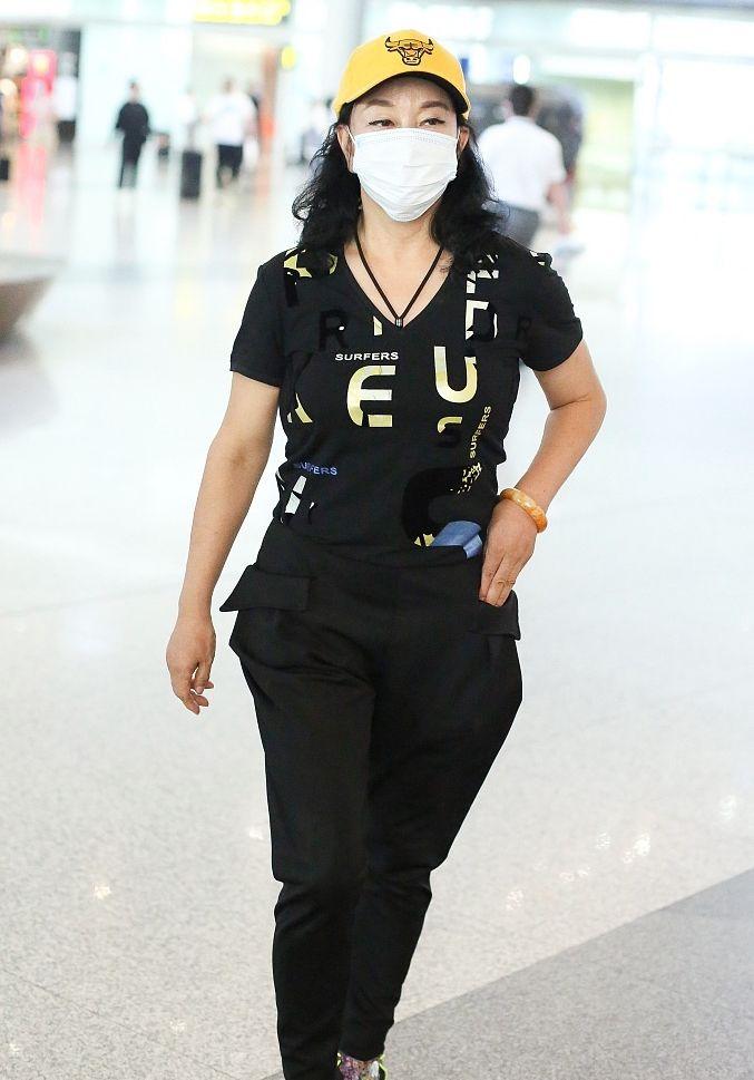 刘晓庆终于肯服老,走机场踩平底鞋,脸上焉瘪的皱纹也不再遮掩!