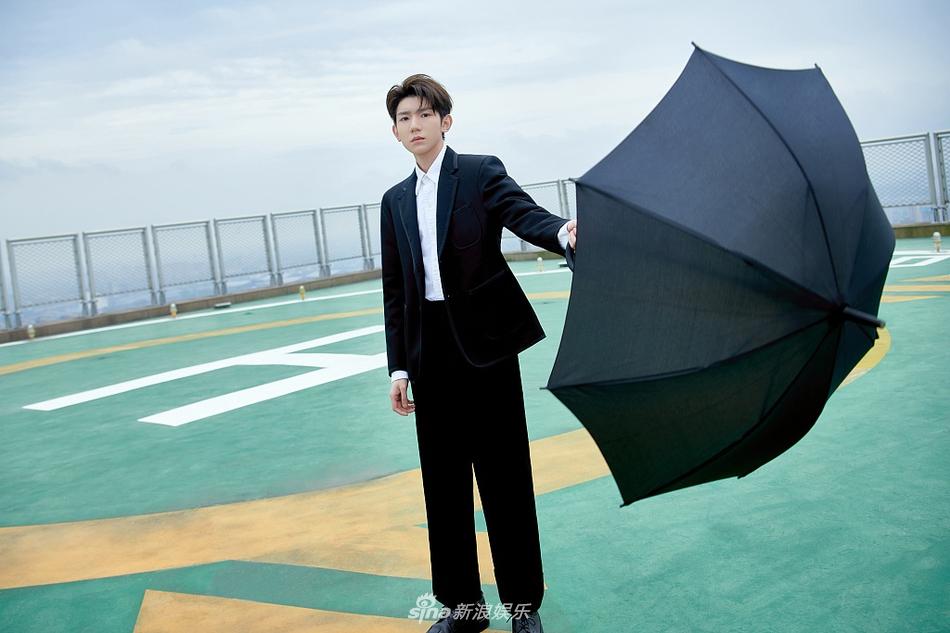 王源穿黑色西装绅士帅气 站天台手持黑伞氛围感十足