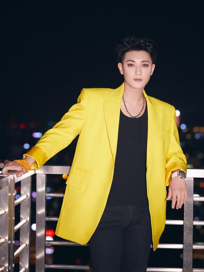 黄子韬黑色坎袖背心外搭黄色外套 肌肉线条明显帅气有型