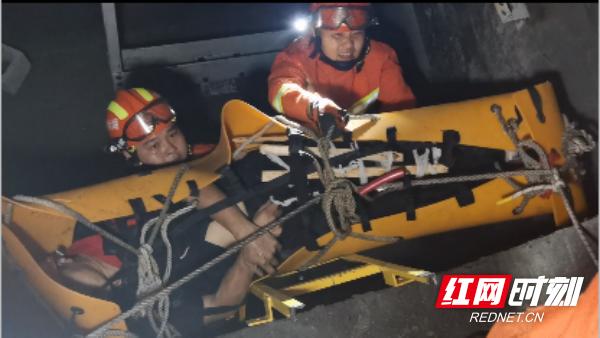 男子不慎跌入7米深电梯井 凤凰消防接力救援