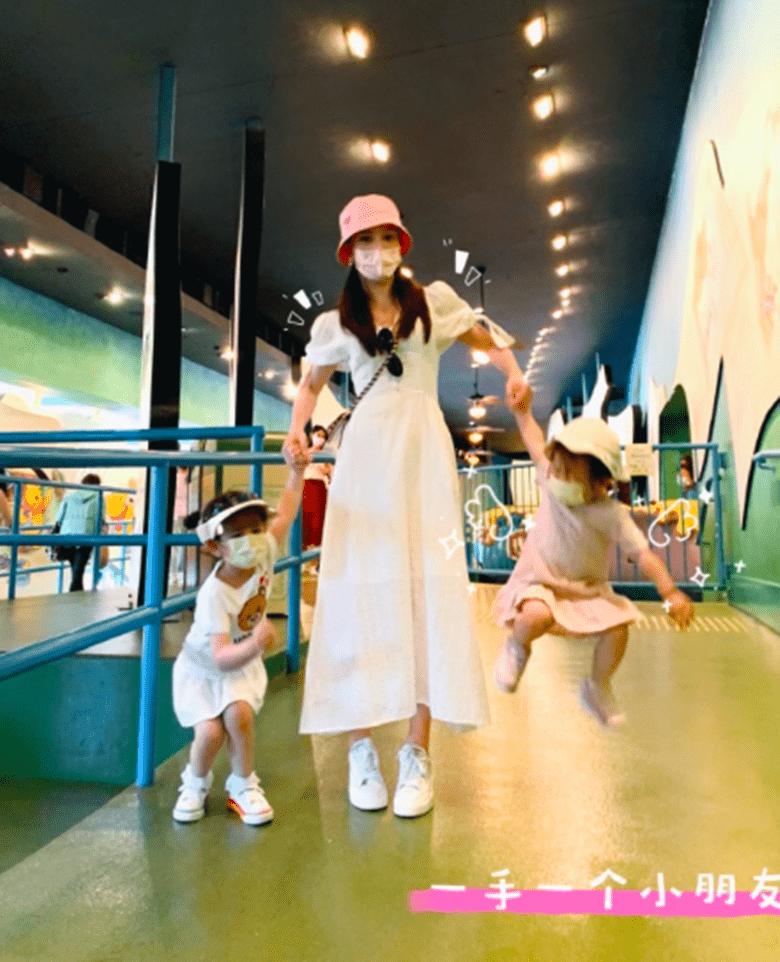 方媛再怎么穿白裙装嫩,也装不出清纯气质,33岁也是老阿姨了!