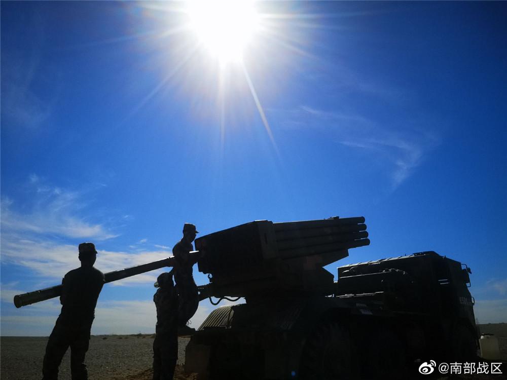 南部战区某旅官兵在滇西高原练兵场上练兵真酣