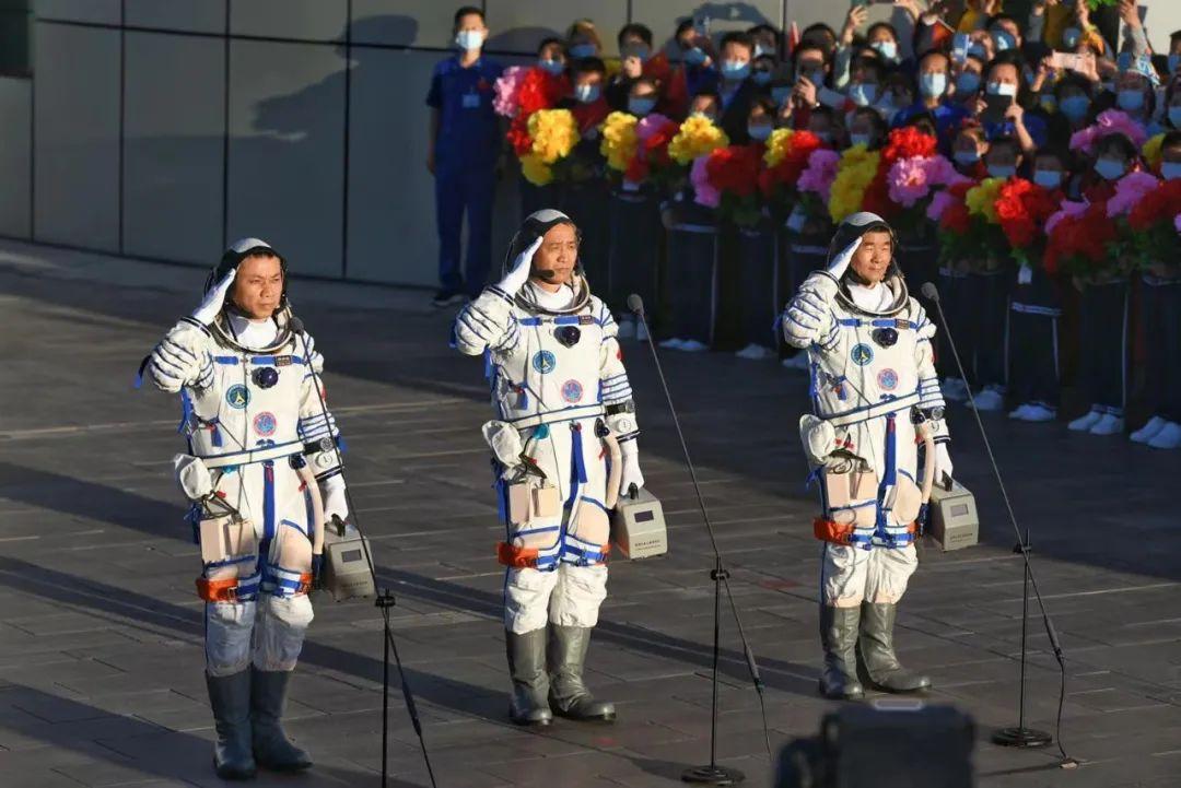 三名中国航天员奔赴太空,他们拎的小箱子里有什么?揭秘来了