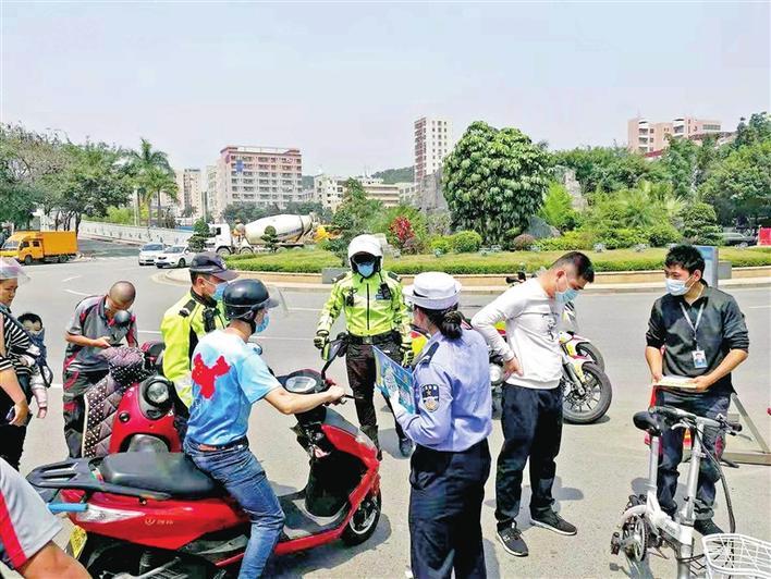 光明交警开展非机动车整治行动,提醒广大骑行者戴头盔按信号灯指示通行