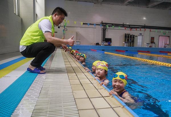 """光明日报刊文:普及中小学生游泳教育就该""""应为尽为"""""""