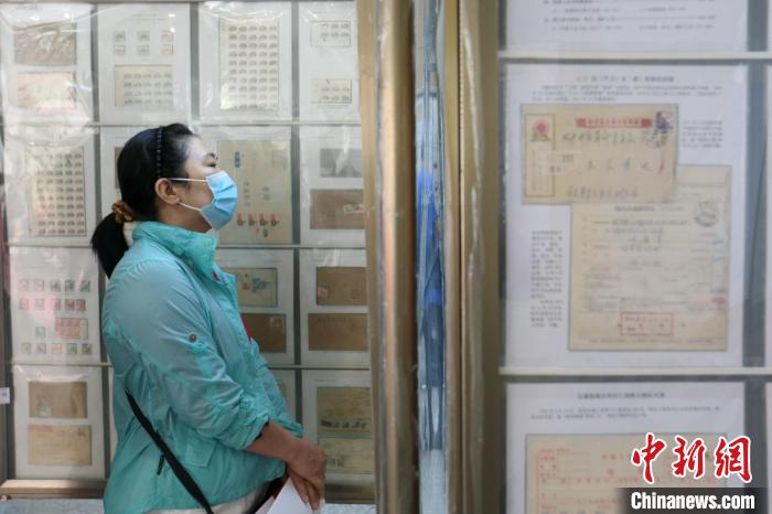 陕西省百年百框集邮巡展吸引观众