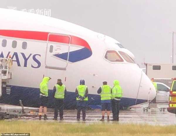 视频 英航一架波音787客机刚要起飞 前起落架突然塌了