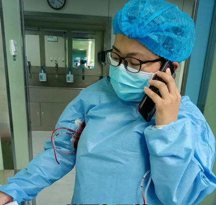 患者宫外孕大出血急需输血,女护士腋下夹血袋暖血