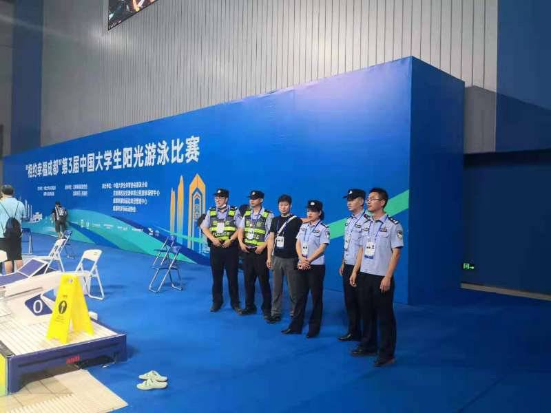 成都龙泉公安护航第三届中国大学生游泳赛安保