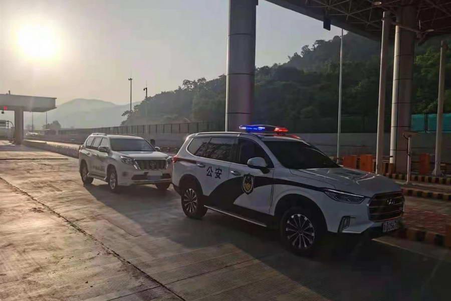 咸阳高速交警成功拦截一辆涉嫌被盗越野车
