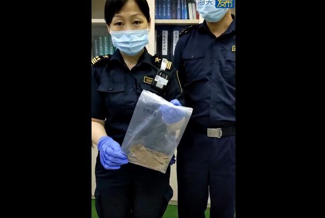 海关查获一可疑带香气的包裹,查实为濒危植物沉香木制品