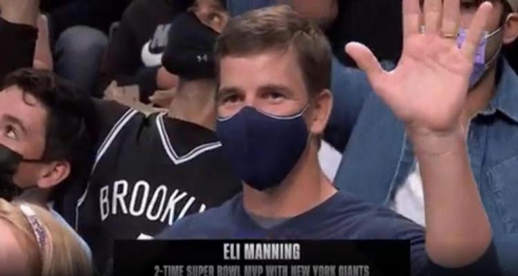 纽约巨人名宿小曼宁现场观战篮网VS雄鹿