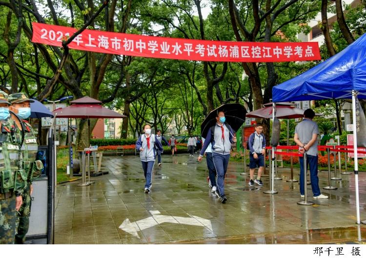 雨中,50后至90后送考老师为05后考生加油