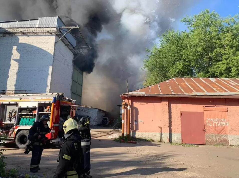 莫斯科一烟花爆竹仓库着火 过火面积超150平米