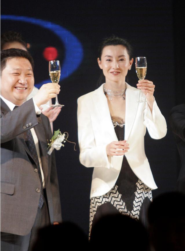 张曼玉的优雅老去很耐看,虽然身材胖了点,穿白西装气质依然高贵