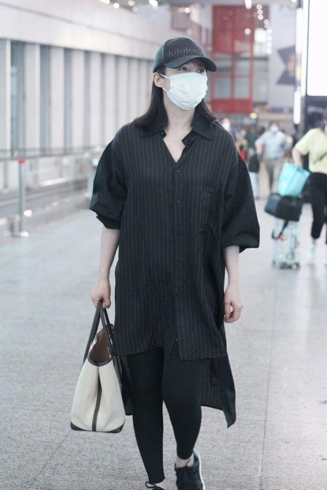 在机场拍到蒋勤勤素颜,苍白焉瘪身材又肥胖,这才是真实的45岁!