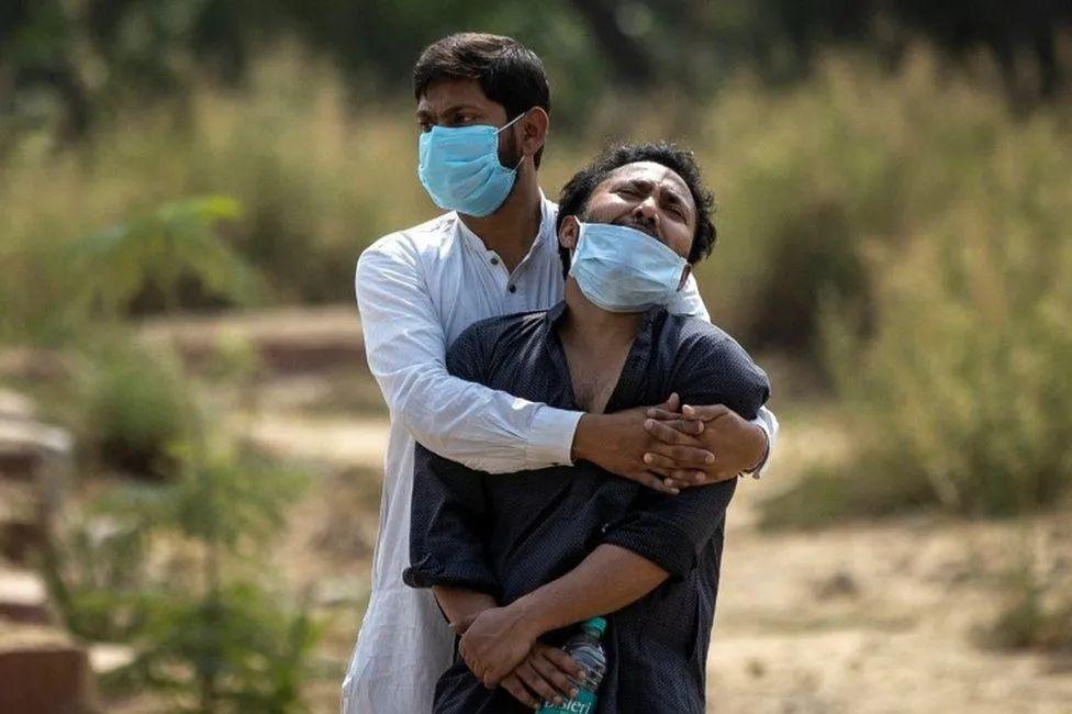 新德里冒死解封,印度检测报告被曝造假,新冠和各种真菌肆虐!这???