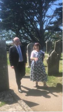 莫里森参观圣凯弗恩的墓地(图源:澳媒)
