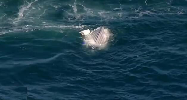 澳大利亚一男子钓鱼时船被巨浪打翻 紧紧抓住船身一整晚获救