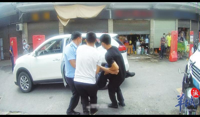 广州一位老人突发疾病晕倒街边,花都警方快速送医