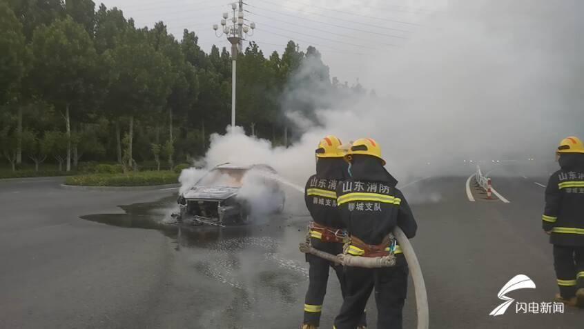 第一现场|高温天气下一油改气轿车突发自燃 聊城消防紧急排险