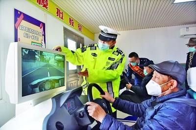 山东青岛李沧交警大队民警在为老人讲授行车道路安全知识。新华社发