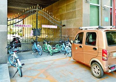 在天津河北区某小区,共享单车和老年代步车堵占了小区消防通道。新华社发