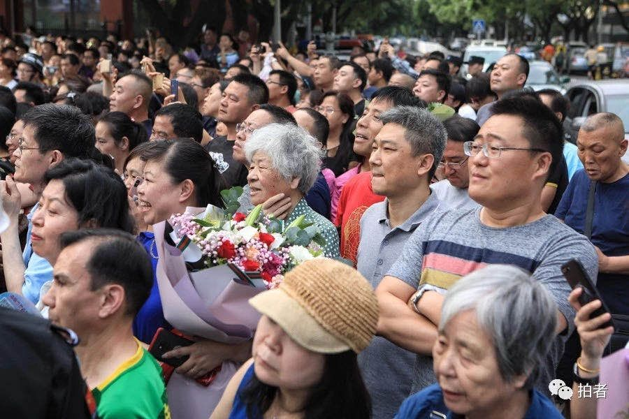 ▲资料图。高考结束,等待的家长在门口迎接自己的孩子。摄影 / 新京报记者李木易