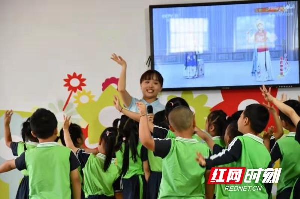 """新邵:省城专家为130余名幼儿教师播种打开一扇窗的""""种子"""""""