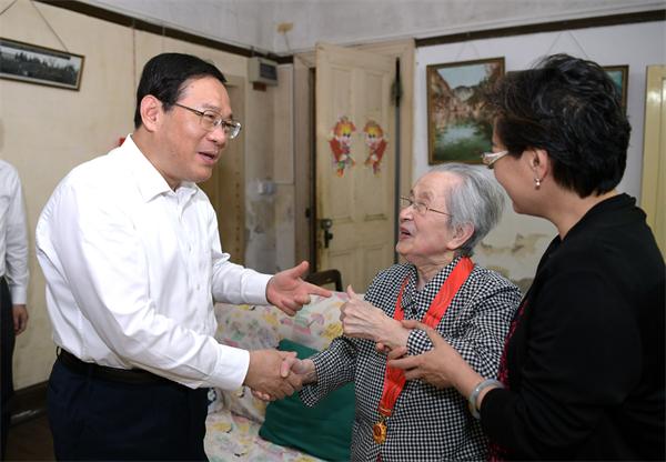 庆祝党的百年华诞之际,李强龚正于绍良走访慰问老党员和烈士遗属代表