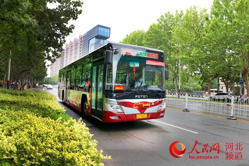 河北沧州:首条党建红色公交专线上线运行