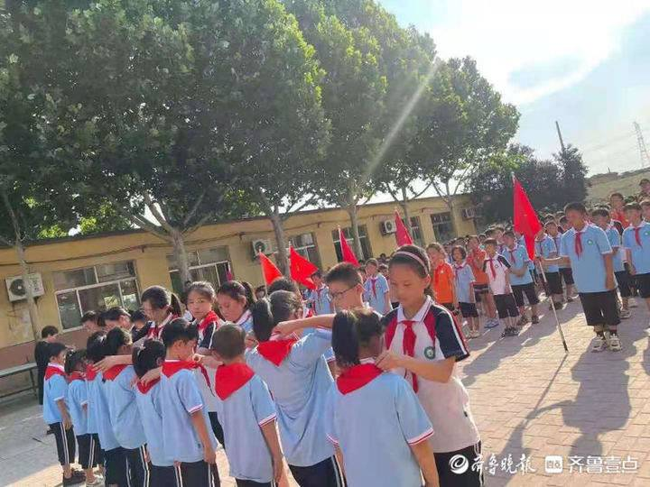 道口铺街道中心学校闫邵屯小学举行新少先队员入队仪式
