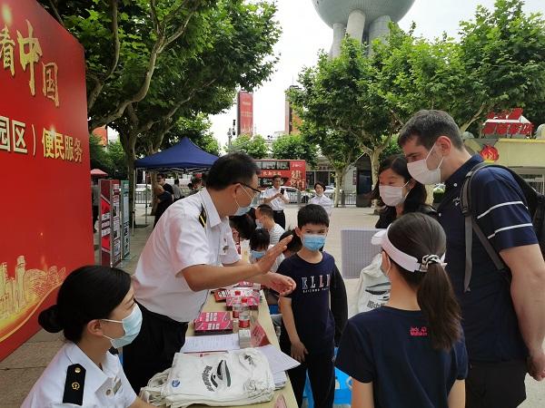 铁路上海站10余职工今天走进了陆家嘴街道社区