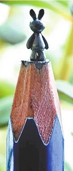 小伙打造铅笔头上的奇幻世界